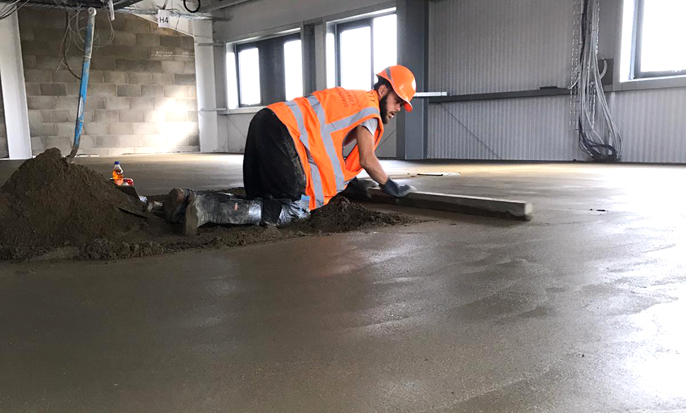 Fibre reinforced screeding with d49 mesh